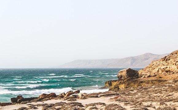 10 activités incontournables à faire à Agadir - Surfer sur la plage d'Imourane