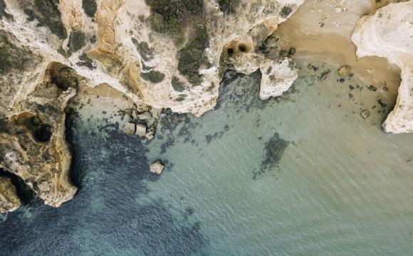 Les 10 plages les plus insolites au monde - Le littoral sous les grottes