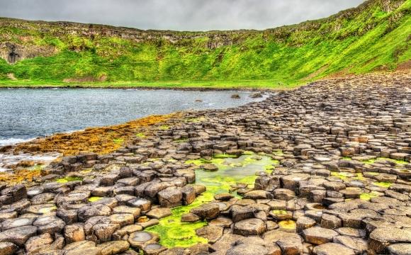 Les 10 plages les plus insolites au monde - La Chaussée des Géants à parcourir en Irlande