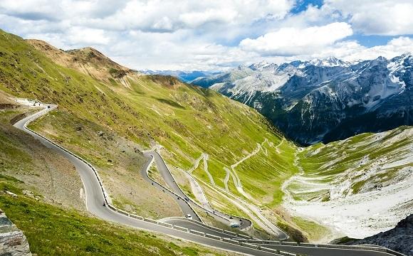 Les 10 plus belles routes au monde à faire en moto - Le col du Stelvio en Italie