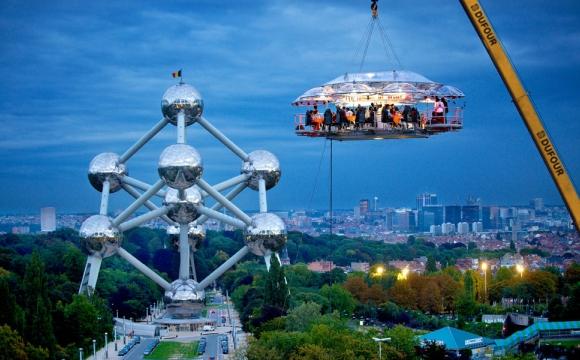 10 restaurants insolites qui font rêver - Le Dinner in the Sky, Bruxelles, Belgique