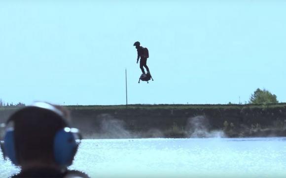 10 actvités insolites à tester durant les vacances d'été - Le Flyboard Air sur eau