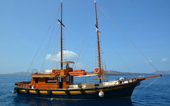 Activités à faire à Santorin - Voguer en caïque entre les îles