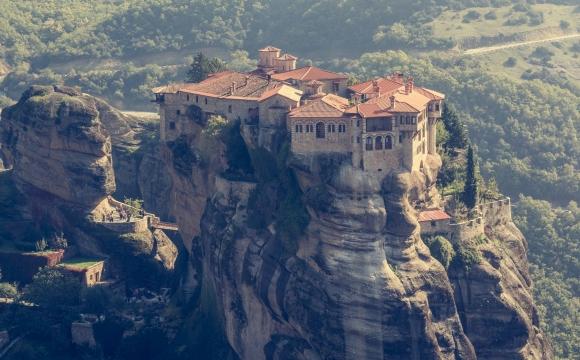 10 monuments incontournables à visiter - Les Monastères des Météores en Grèce