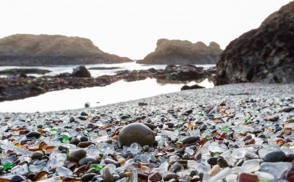 Les 10 plages les plus insolites au monde - En Californie, un littoral en verre