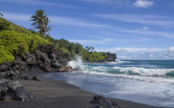 Les 10 plages les plus insolites au monde - Une plage noire sous le soleil d'Hawaï