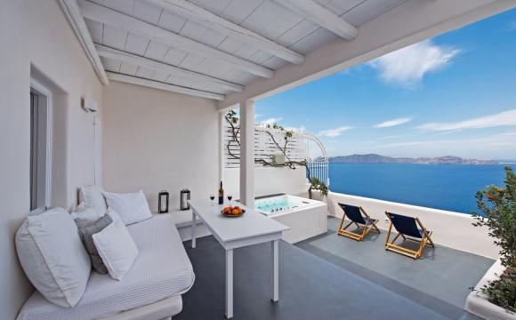 10 hôtels romantiques à Santorin - Le Porto Fira Suites : vue panoramique à flanc de falaise