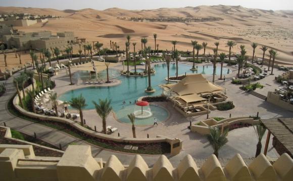 Les 10 plus grandes piscines du monde - La piscine du Qasr Al Sarab Desert Resort by Anantara à Abou Dabi