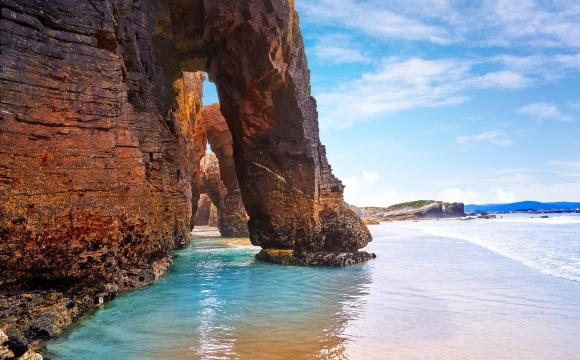 Les 10 plages les plus insolites au monde - Une cathédrale insolite à Ribadeo en Espagne