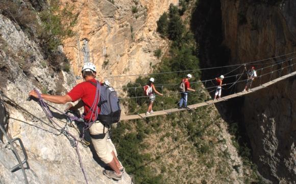 10 actvités insolites à tester durant les vacances d'été - Via ferrata sur paroi rocheuse